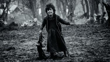 I en tid, hvor alle har et kamera inden for rækkevidde, skal et enkelt billede, ifølge Jan Grarup, kunne fortælle en hel historie. Som dette billede han tog i 1991 af en 6-8 årig kurdisk flygtningepige i Tyrkiet. Hun stod i en brødkø, men blev løbet over ende af stærkere og ældre sultne flygtninge.