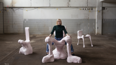 Anna Aagaard Jensen udstillede tidligere på året stole, der skulle få kvinder til at sidde med spredte ben og dermed kræve deres space i det offentlige rum – nu udstiller hun, med lettere censur, sine benspredende stole i Kina i byen Guangzhou