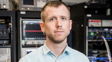 Lige nu arbejder jeg med det problem, at en kvantecomputer kan løse så vanskelige opgaver, at man ikke kan tjekke, om den giver de rigtige svar, forklarer Morten Kjærgaard.
