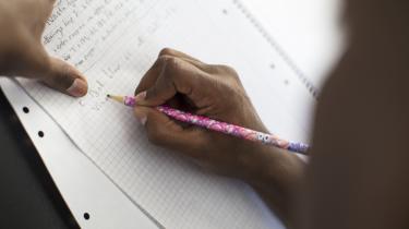 Jeg lærte selv at skrive skråskrift med penneskaft og fjederpen, i dag foregår skoleskrivning næsten kun på tastatur. Men forskere peger på, at den gode gammeldags håndskrift faktisk er bedre, når man skal lære, skriver journalist Karen Syberg i denne klumme