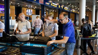 Flypassagerer som her i Københavns Lufthavn i Kastrup skal betale flyafgift allerede fra næste år, mener regeringens støttepartier.