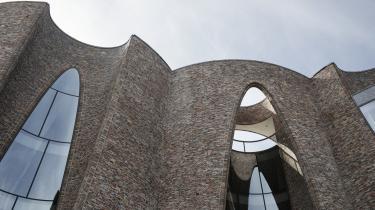 'Alene det, at cirkelmotivet kører igennem skulpturerne såvel som bygningen, giver en god sammenhæng. Her hænger kunsten og arkitekturen sammen,' siger professor Karl Christiansen om Fjordenhus, der er tegnet af Olafur Eliasson som hovedkvarter for Kirk Kapital Group.
