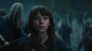 Mens guderne render rundt og plejer deres forfængelighed, viser menneskebarnet Røskva (Cecilia Loffredo) sig som den sande helt, der både formår at forhindre Ragnarok og at inkludere den godmodige jætte Quark i fællesskabet.