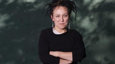 Den polske forfatter Olga Tokarczuk er erklæret venstreorienteret. Af samme grund har hun været udsat for voldsomme hadkampagner, når hun har kritiseret Polens voksende xenofobi, antisemitisme og højrenationalistiske drejning.