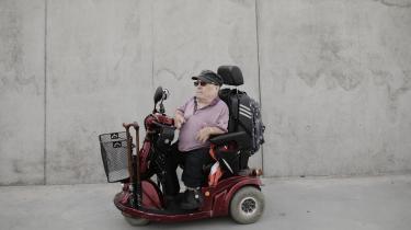 69-årige Hans Jørgen Møller blev født som dværg og kom i 1957 til Geelsgård Kostskole nord for København. Her måtte han indordne sig et rigidt hierarki, hvor lussinger og mobning hørte til dagens orden. Desuden blev der foretaget en masse kirurgiske indgreb i hans lille krop.