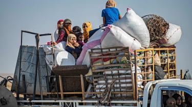 Tusinder af mennesker er flygtet fra byerne Ras al-Aynin og Tell Abyad mod Hasaka-provinsen, siden den tyrkiske operation i det nordlige Syrien begyndte onsdag. Mange har lastet deres biler med ejendele af frygt for de tyrkiske styrkers plyndringer, som det tidligere er set i Afrin-enklaven.