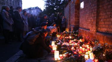 Her ses sørgende, som lægger blomster og lys ved synagogen i Halle dagen efter det antisemitiske skyderi.