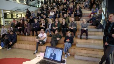 Verdenspressen dækkede offentliggørelsen af nobelprismodtagerne som en stor begivenhed. Her livesendes på Göteborg bibliotek.