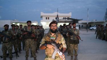På billedet ser vi tyrkisk støttede medlemmer af den syriske nationale hær. De skal nu på en tyrkisk ledet mission ind i de kurdiske områder i nord Syrien.International lov og ret er suspenderetaog årsagen er, at alle parter i såvel første som andet geled ikke har interesse i at overholde den FN-pagt, de har underskrevet, skriver Lasse Ellegaard i denne leder.