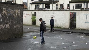 Den britiske befolkning kalder traditionelt byen Derry for Londonderry, men fordi irerne ikke vil bo i en by opkaldt efter Storbritanniens hovedstad, kalder de den Derry eller Free Derry. Nu lader det til, at befolkningen har opnået enighed om bare at kalde den Derry. Det første tegn på forsoning må være at blive enige om, hvilken by man bor i.
