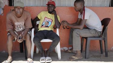 Den 56-årige købmand Bernardo Plaeido (tv.) er en af dem, som mærker de direkte konsekvenser af korruptionsskandalen, som ledte til Mozambiques betalingsstandsning i 2017. Folk har ikke penge til at købe ind i hans butik.