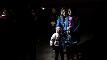 På EU-topmådet torsdag-fredag er EU's budget for de næste syv år på dagsordenen. Blandt andet skal der afsættes penge til enopprioritering af sikringen af EU's ydre grænser, særligt gennem Frontex-samarbejdet. Billedet er fra den græske ø Lesbos, hvor en gruppe flygtninge netop er blevet halet ind i en redningsoperation udført af Frontex.