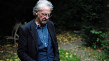 Årets nobelpristager Peter Handkes politiske anskuelser er i årevis blevet hånet og nedgjort af tidligere venner og forfattere. I 2008 bemærkede romanforfatteren Jonathan Littell: »Han er muligvis fantastisk som kunstner betragtet, men som medmenneske er han min fjende ... han er et røvhul.«