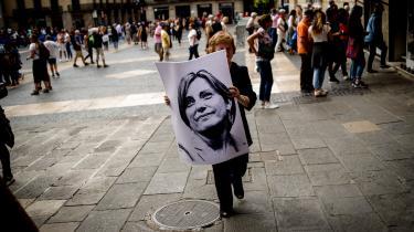 »Det er dog bydende nødvendigt, at den næste spanske regering udviser en ny politisk imødekommende linje over for Catalonien for at undgå, at situationen kommer helt ud af kontrol. Det er dybt bekymrende, at syv separatister så sent som i sidste uge blev arresteret for angiveligt at have været i besiddelse af sprængstoffer og for at tilhøre en terrororganisation, der har som mål at sikre Cataloniens uafhængighed ved voldelige midler,« skriver Martin Gøttske i denne leder.