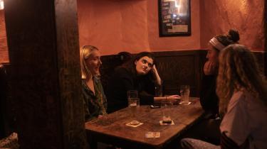 Fire studerende fra Trinity College mødes til 'pints on mondays' på pubben Doyle's. De fire irske studerende bebrejder briterne for ikke at have taget hensyn til Irland, da de stemte sig ud af EU. »Jeg tror ikke, de fleste briter nogensinde tænker på Irland,« siger Marina Bourke, som er kunsthistoriestuderende.