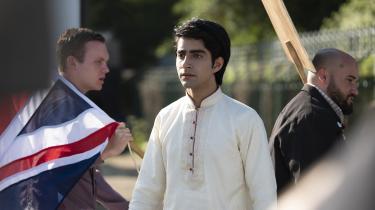 Hovedpersonen i 'Blinded by the Light', Javed Khan (spillet af Viveik Kalra), er en pakistansk teenager, der bliver grebet af Bruce Springsteens musik. Det bliver begyndelsen på hans kamp for frigørelse fra hans snævre opdragelse.