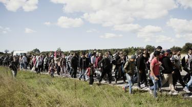 Et nyt omfattende metastudie fra Københavns Universitet og Aarhus Universitet konkluderer, at øget etnisk diversitet har en »moderat negativ« effekt på den sociale tillid. Især tilliden til ens naboer falder, når diversiteten stiger. Her er asylansøgere på vej mod Sverige, efter at de er ankommet i Rødby i juli 2015.
