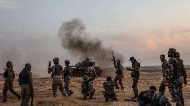 Tyrkiske soldater og tyrkiskstøttede syriske krigere nær den syriske by Manbij. Tyrkiet har erklæret, at de vil lave en 30 kilometer dyb såkaldt sikkerhedszone langs grænsen mellem Tyrkiet og Syrien. Her vil man placere mange syriske flygtninge, som ellers har opholdt sig i Tyrkiet.