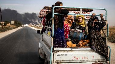 I flere år drømte kurderne om større autonomi, og de troede indtil det sidste, at de havde verdens supermagt bag sig, den dag de skulle forhandle en favorabel aftale med Damaskus. Her er en gruppe kvinder på flugt fra grænsebyen Ros al-Ain.