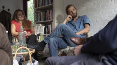 Mandegruppen mødes hos terapeut Annette Jønsson i hendes ombyggede garage i Vanløse. Lau Korsgaard – i midten – fortæller om et pres på hjemmefronten efter en flirt i en brandert.