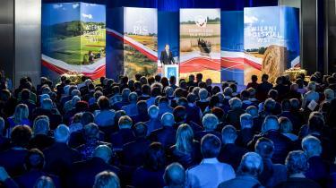 Den polske premierminister Mateusz Morawiecki taler ved det polske regeringsparti Lov & Retfærdigheds (PiS) kongres tidligere på måneden. Ved det nylige valg i Polen fik PiS absolut flertal på grund af en meget høj spærregrænse.