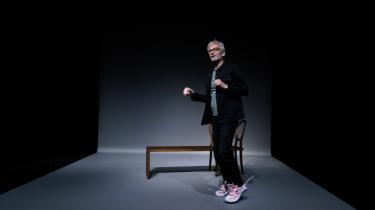 I Hans Rønnes nye forestilling står han alene på scenen i en lun monolog om livet og døden og alt derimellem. Teksten har han selv skrevet, hvilket giver den et ekstra personligt præg.