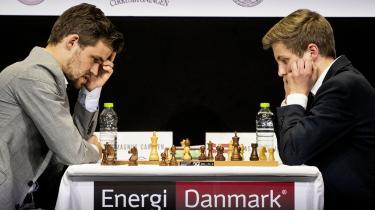 Danmarks nye, rekordunge stormester Jonas Buhl Bjerre mødte i maj i Cirkusbygningen verdensmesteren Magnus Carlsen. Det var en umulig opgave for den unge danske skatkomet, men efterfølgende udtalte verdensmesteren sig meget rosende om den unge danske skakspiller.