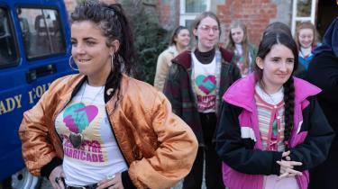 Det er så sølle, så miserabelt og så sjovt at følge katolske og protestantiske teenagere i Derry i Nordirland i komedieserien 'Derry Girls'.