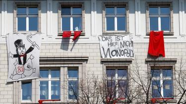 Der har længe været store protester mod kapitalfonde og boligspekulaters indtog på boligmarkedet i Berlin. Tirsdag blev det meldt ud, at delstatsregeringen i Berlin har besluttet at fastfryse huslejeniveauet for ca. 1,5 millioner lejligheder i de næste fem år.