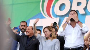En ting er, at populisme er en ideologi, men hvorfor vinder denne ideologi frem netop nu? Den digitale tidsalder har, ifølge Fieschi, ændret vores måde at omgås andre mennesker på og vores forventninger til, hvordan vi regeres.Bogen er rig på eksempler, for eksempel Salvinis strøm af korte videobeskeder til hans vælgere og Mélenchon gengivelse af sig selv i et hologram til et vælgermøde.
