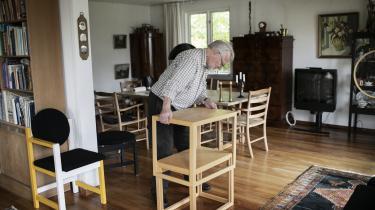 Jørgen Bækmark bliver snart 90 år. Her samler han et stuebord, han selv har tegnet, som dog ikke er et FDB-møbel.