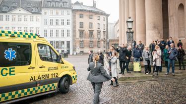 Første dag i retssagen mod Britta Nielsen begyndte kedeligt og endte dramatisk, da sagens hovedperson blev kørt væk i ambulance. Anklageren fremlagde også de metoder, som den 65-årige tilsyneladende har brugt til at svindle staten for 117 mio. kroner