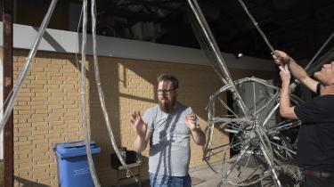 Kunstner Jesper Bogaard (t.h.) viser Kristian Bergholdt (t.v.), hvordan 'Stjernen' skal repareres. Efter Kristian Bergholdt ødelagde kunstværket på Heartland Festival, har de aftalt, at han skal hjælpe til i værkstedet.
