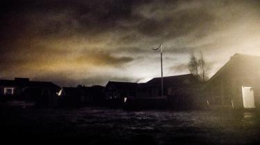 14 stillehavsboere bliver intetanende kastet ud i det danske middelklasseliv. Det er ikke bare en udfordring – det er også truende.