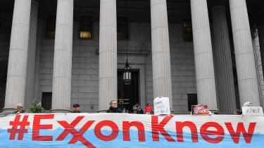 Demonstranter foran staten New Yorks højesteret, hvor delstatens sag mod Exxon startede onsdag i sidste uge, markerer, at selskabet efter deres mening har kendt til klimakonsekvenserne i årtier uden at handle.