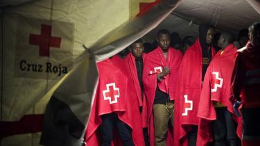 En gruppe migranter venter i et Røde Kors-telt, efter at være blevet samlet op af den spanske kystvagt fra en gummibåd, der var på vej over Middelhavet med 150 mennesker ombord. Deres rejse er farlig – men kun få af dem siger, at de ikke ville være blevet hjemme, hvis de havde kendt faren.