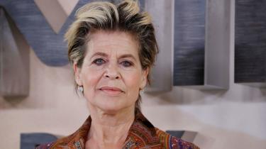 Linda Hamilton er en kvinde, som ikke har fået bortopereret sine naturlige alderdomstegn. Og nu har hun hovedrollen i Terminator 6 - Dark Fate. Linda Hamilton selv udtaler til premieren:»Vi prøver vist at gøre gammel til det nye sort,« men Katrine Wiedemann spørger i denne kommentar, om der ikke er noget ved denne kønsrevolution, som virker lidt primitivt.
