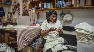 54-årige Virginia M. Rodriguez arbejder med kvalitetskontrol af alpakauld, og hun stemte igen på Evo Morales – men hun er bekymret over udviklingen: 'Vi er vendt tilbage til status quo. Racismen er den samme, og Evo lytter ikke lige så meget til folket længere,' siger hun.