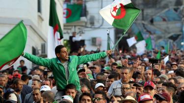 Under slagråb som »civilstat, ikke militærstat« og »de skal alle væk« kræver algerierne, at hele militærregimet skal træde af og overgive magten til et overgangsråd, som kan lede landet mod en demokratisk fremtid.