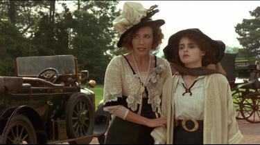 Søstrene Margaret (Emma Thompson) og Helen (Helena Bonham Carter) Schlegel, der i 1900-tallets England kæmper med kærligheden og konventionerne i James Ivorys 'Howards End'.