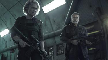 Sarah Connor (Linda Hamilton) sparker stadig røv – her sammen med en gammel 'ven' (Arnold Schwarzenegger) – i Tim Millers 'Terminator: Dark Fate'.