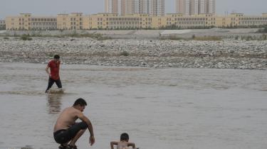 Til at begynde med benægtede de kinesiske myndigheder, at de såkaldte genopdragelseslejre overhovedet eksisterede. Nu beskriver de dem som »uddannelsescentre« eller »frivillige træningscentre«. Uighurene betegner dem som koncentrationslejre. Her ses en lejrbygning i baggrunden (den gule bygning).