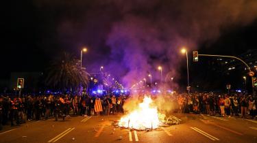Demonstranter blokerede mandag aften en hovedfærdselsåre i Barcelona i protest mod kongefamiliens besøg i Catalonien.