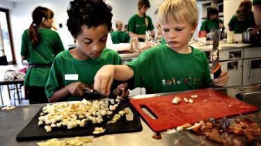 Det er afgørende at styrke børn og unges madlavningskompetencer, måltidskultur og deres forståelse af, hvor maden kommer fra, hvis vi skal nedbringe klimaaftrykket i Danmark, skriver dagens kronikører.