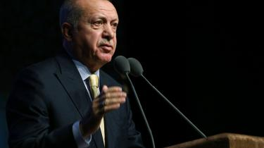SETA, som 'tænketanken' hedder, er et tvivlsomt papir. Etableret af Erdogans chefideolog og rådgiver, Ibrahim Kalin, med opgave at levere »politisk-økonomisk samfundsanalyse«, havde SETA fra begyndelsen et respektabelt ry som forskningsplatform, men i dag betragtes den som Erdogans 'akademiske propagandaben' også i Tyrkiet.