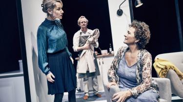 Ulla Henningsen og Anette Støvelbæk spiller mor og datter i Teater Grobs 'Solformørkelse'.