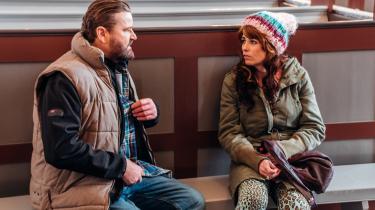 Ninna (Susanne Juhàsz) sammen med sin nabo, Morten (Peter Gantzler), der falder for hende, selv om hun ikke tør give sig hen til ham.