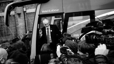 Labour-lederen Jeremy Corbyn ved sin valgbus, da partiets valgkampagne torsdag blev skudt i gang i Liverpool med offentliggørelsen af Labours ambitiøse plan for en gigantisk omstilling af britisk økonomi.