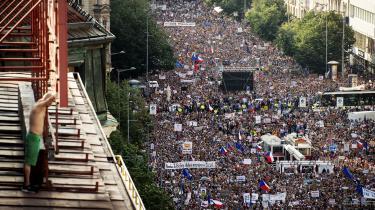 I juni gik 100.000 tjekker på gaden i Prag i en demonstration arrangeret af 'En million øjeblikke for demokrati' i protest mod premierminister Andrej Babis og justitsminister Marie Benesovà. Og protesterne mod Babis og hans regering fortsætter og sætter deres præg på jubilæet for Murens fald.