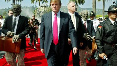 Donald Trump under forberedelserne til tredje sæson af The Apprentice i 2004. Ifølge James Poniewozik udviklede Trump en forståelse for tv-mediet, som er langt bedre end andre politikeres. En instinktiv sans for, hvad kameraet gerne vil have.